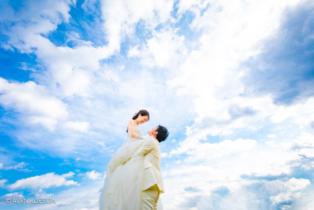 天草の前撮り写真|青空へ抱っこポーズ
